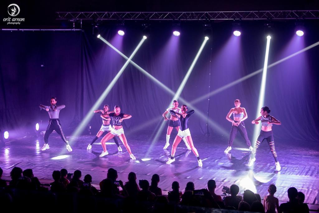 להקת רקדניות בהופעה