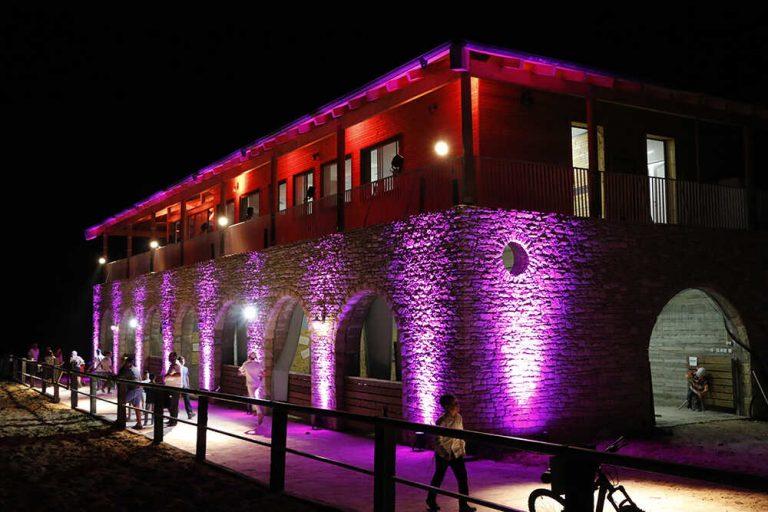 תאורה צבעונית על גבי בניין